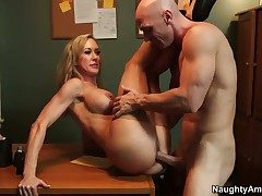 Johnny Sins uses his sturdy meat caf�
